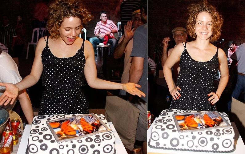 Leandra Leal ganha bolo de aniversário decorado em sua festa de 28 anos na sede do bloco Cordão da Bola Preta, no Rio de Janeiro (4/9/2010)