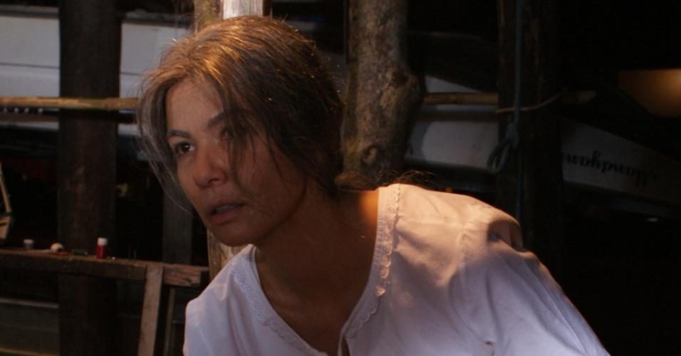 """Luciana Gimenez, em cena do longa """"O Filme dos Espíritos"""". Para viver a personagem Roseli, 30 anos mais velha que ela, a apresentadora teve de passar por um processo de envelhecimento que durava cerca de quatro horas (13/9/2010)"""