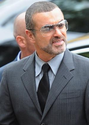 O cantor George Michael chega ao Highbury Corner Magistrates Court em Londres para ouvir sua sentença (14/9/2010)