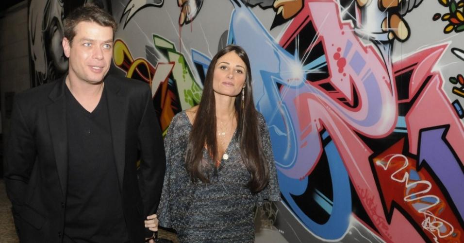 Fábio Assunção e a namorada Karina Tavares na inauguração da exposição