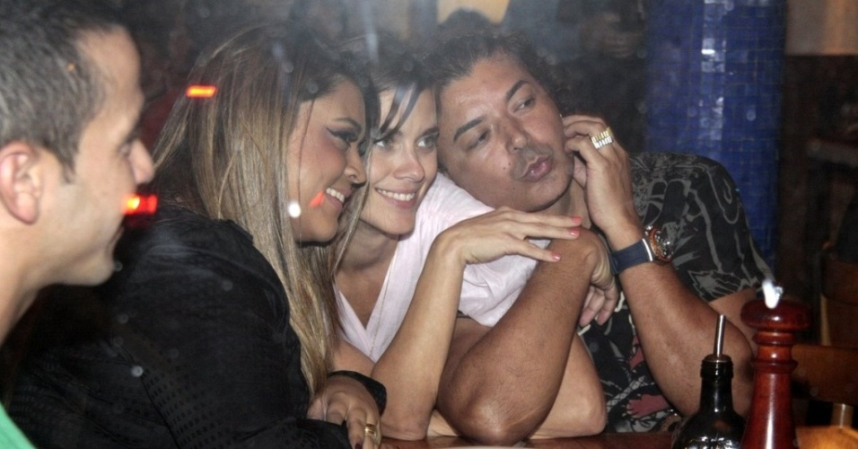 Da esquerda para a direita, a cantora Preta Gil, a atriz Carolina Dieckmann e o promoter David Brazil em pizzaria da zona sul carioca (16/9/10)