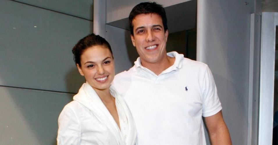 Isis Valverde e Luiz Felipe Reif assistem à pré-estreia de teatro no Rio de Janeiro (31/8/10)