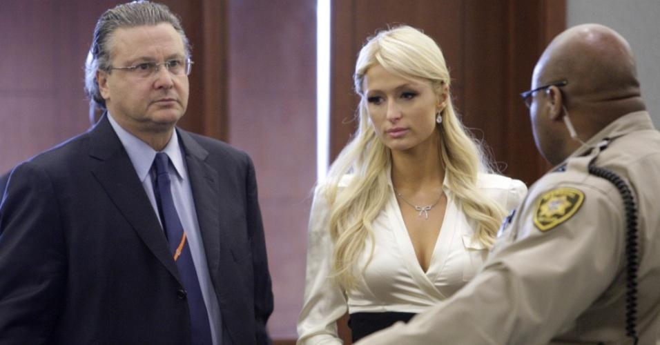 Paris Hilton, acompanhada de seu advogado David Chesnoff (esq.), chega a um tribunal de Las Vegas (20/9/2010)