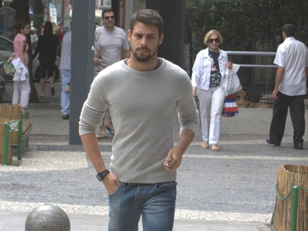 O ator Cauã Reymond passeia pelo Leblon, na zona sul carioca (20/9/10)