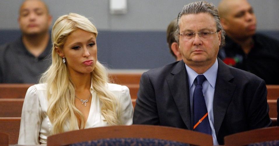 Paris Hilton e seu advogado David Chesnoff (dir.) em um tribunal de Las Vegas (20/9/2010)