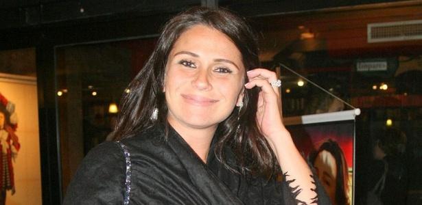 A atriz Giovanna Antonelli assiste à peça de Claudia Jimenez no Leblon, na zona sul carioca (9/9/10)