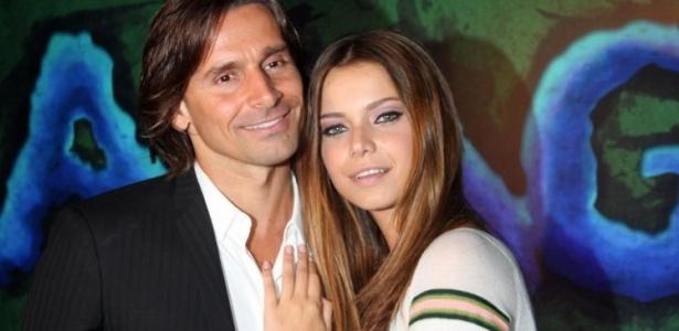 Murilo Rosa e Milena Toscano posam no lançamento da novela