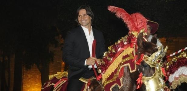 Murilo Rosa encena cavalhada típica de Goiás durante o lançamento de