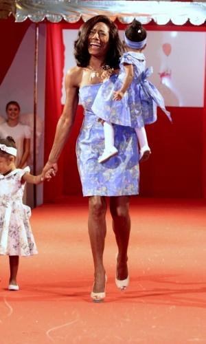 Glória Maria desfila com as filhas no Copacabana Palace, no Rio (27/9/10)