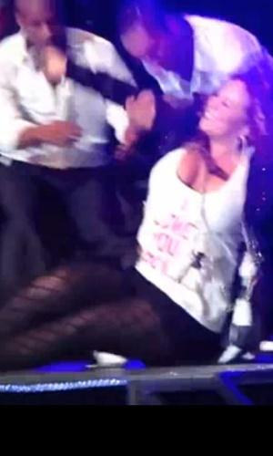 Mariah Carey cai durante show em Cingapura e é levantada por bailarinos (26/9/2010)