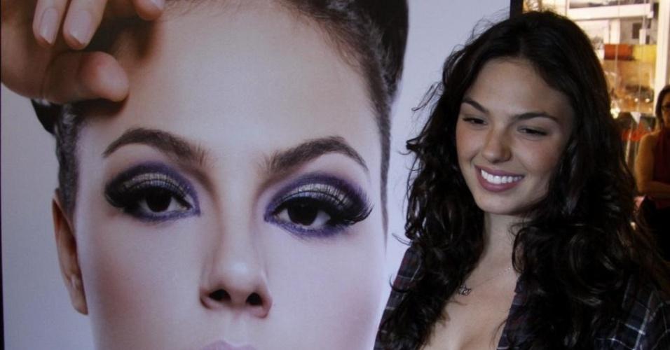A atriz Ísis Valverde prestigia a exposição de Fernando Torquatto em um shopping da zona oeste do Rio (16/9/10)