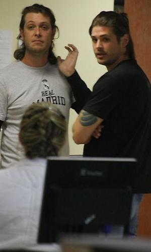 Dado Dolabella (dir.) e o irmão Gilberto (esq.) na 14ª DP no Leblon (30/9/2010)