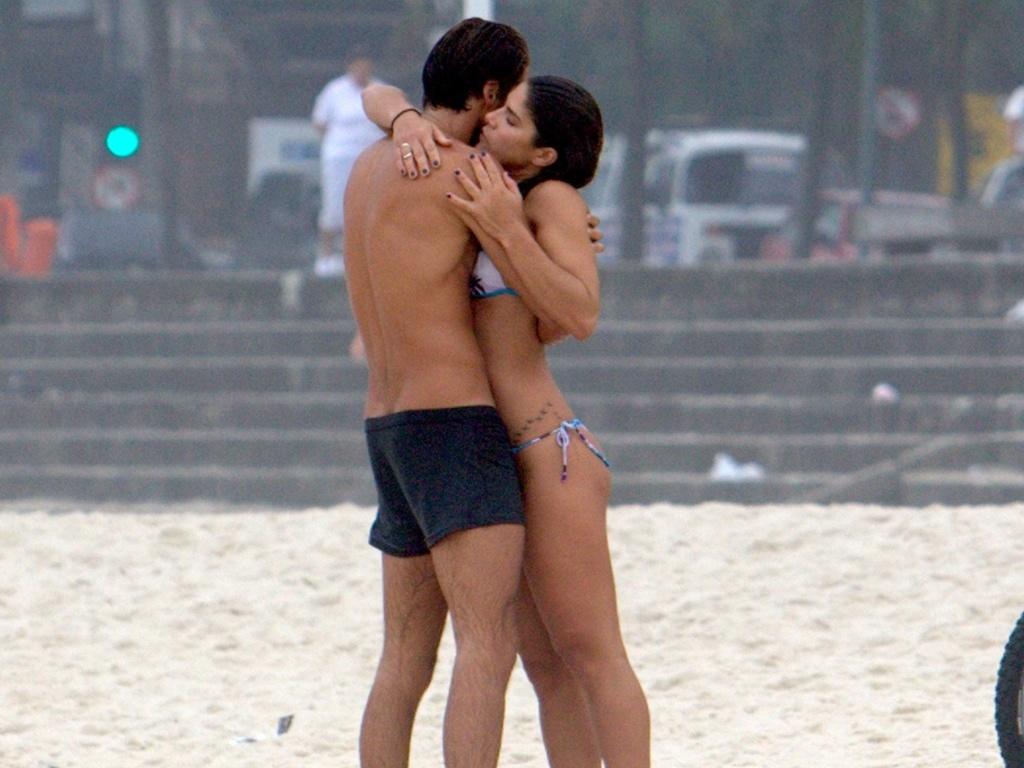 Priscila Fantin e o namorado Renan Abreu aproveitam praia no Leblon (29/9/2010)
