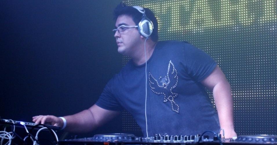 O apresentador André Marques dá uma canja como DJ na festa