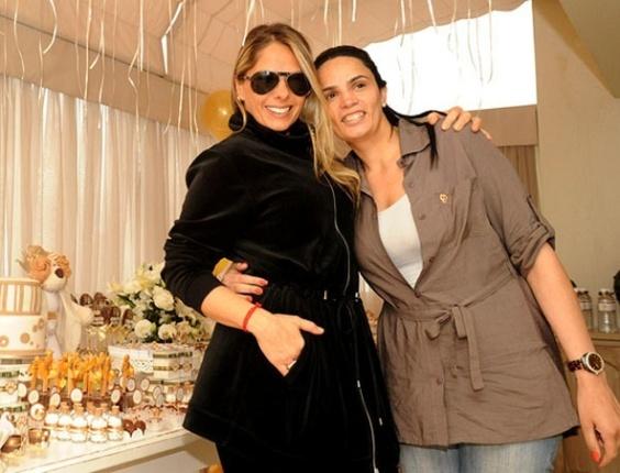 Adriane Galisteu posa para foto ao lado da decoradora Juliana Françoso (3/10/10)
