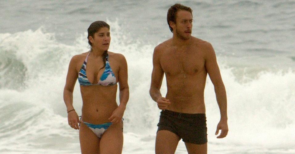 Priscila Fantin e o namorado Renan Abreu curtem praia juntos no Rio (29/09/2010)