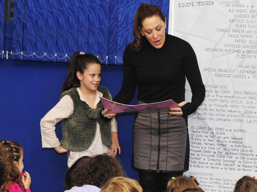 Cláudia Raia e a filha Sofia fazem leitura para crianças no projeto