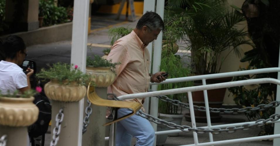 Marcos Paulo visita Flávia Alessandra na Casa de Saúde São José, no Humaitá, zonal sul do Rio (6/10/10).