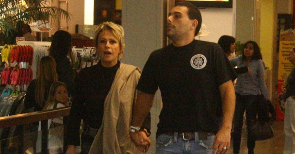 Ana Maria Braga passeia com o ex-marido Marcelo Frisoni em shopping no Rio de Janeiro (6/10/2010)
