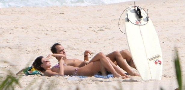 Thaila Ayala e Paulinho Vilhena vão à praia da Reserva, na zona oeste do Rio (8/10/10)