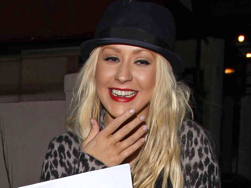 Christina Aguilera é fotografada saindo de escritório em Los Angeles sem a aliança (21/9/2010)