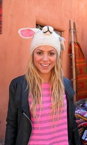 A cantora Shakira posa com chapéu de coelho em foto no Twitter (12/10/2010)