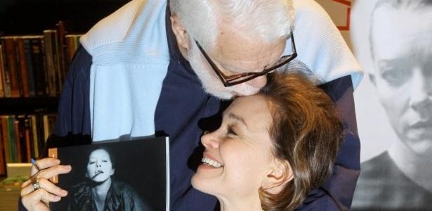O autor Manoel Carlos dá um beijo em Júlia Lemmertz durante lançamento de livro no Rio de Janeiro (13/10/10)