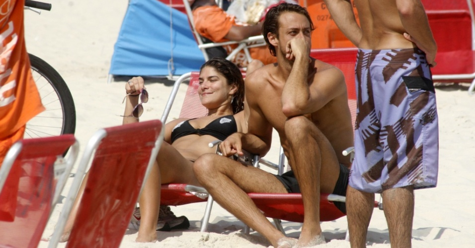 Priscila Fantin curte praia e namora com Renan Abreu na orla do leblon (16/10/2010)