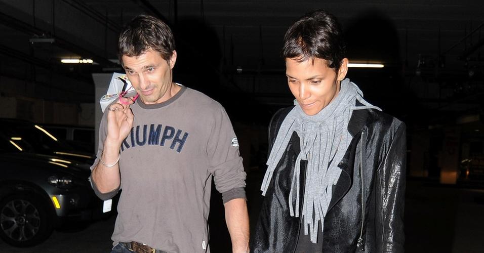 A atriz Halle Berry e novo affair Olivier Martinez passeiam em Beverly Hills (14/10/2010)