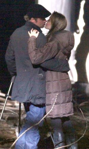 Brad Pitt e Angelina Jolie se beijam em bastidores de set de filmagem em Budapeste (16/10/2010)