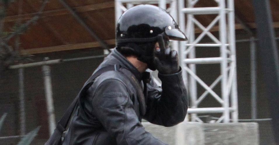 O ator Keanu Reeves é fotografado andando de moto e mostra o dedo do meio para os fotógrafos (20/10/2010)