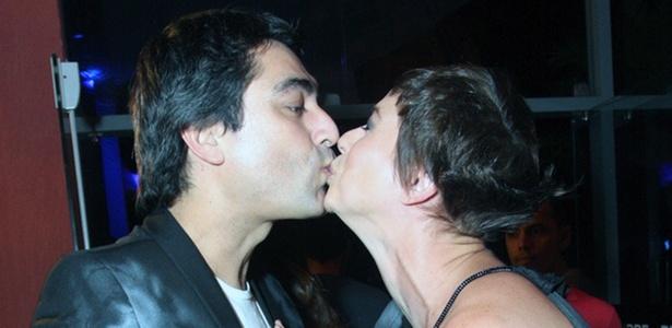 Zeca Camargo ganha selinho de Maria Paula durante festa da MTV, no Rio de Janeiro (20/10/2010)