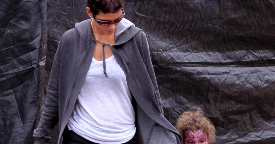 Halle Berry leva a filha Nahla para comprar abóboras em Los Angeles (21/10/2010)