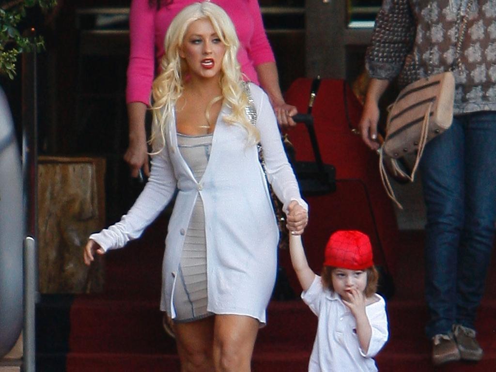 Christina Aguilera busca o filho Max em hotel em Los Angeles (26/10/2010)