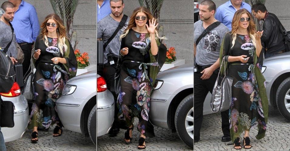 Fergie deixa o hotel Copacabana Palace, no Rio (27/10/2010)