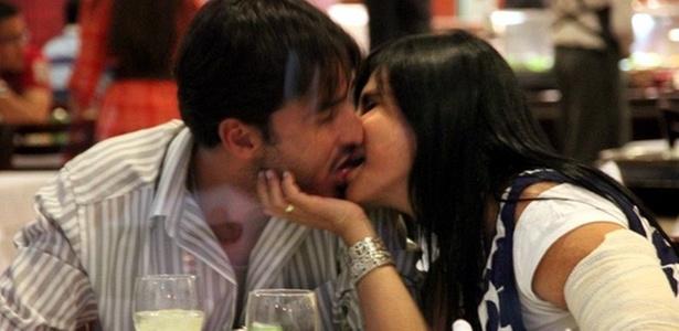 Gretchen é flagrada aos beijos com o empresário Sílvio Alves, em churrascaria em Goiânia (27/10/10)