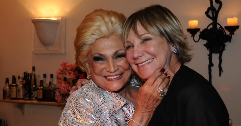 Hebe Camargo recebe o carinho da atriz Silvia Massari durante jantar de comemoração pela gravação de seu primeiro DVD em um restaurante de São Paulo (27/10/10)