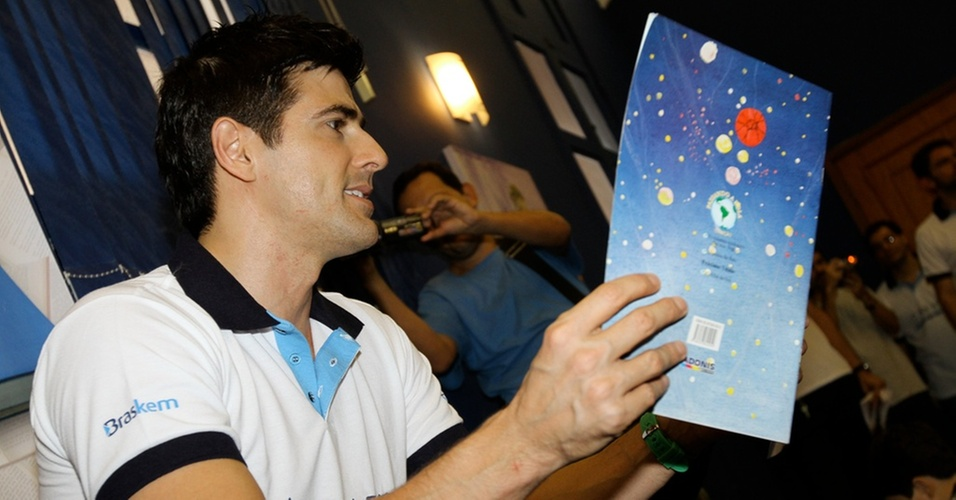 Reynaldo Gianecchini participa de projeto de leitura para crianças (30/10/2010)