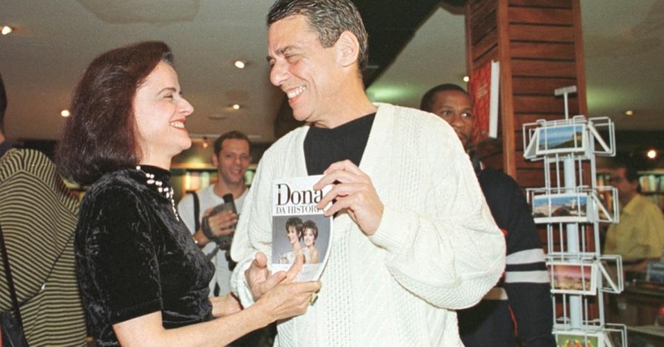 Marieta Severo e seu então marido, o cantor Chico Buarque de Hollanda durante o lançamento do livro