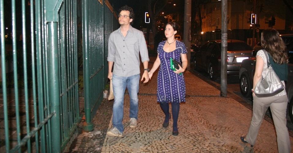Wagner Moura e a mulher Sandra chegam à casa de Lázaro Ramos e Taís Araújo, no Leblon, no Rio de Janeiro (1/11/2010)