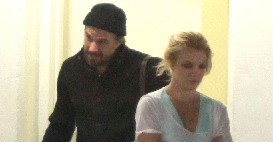 Britney Spears deixa academia com o namorado Jason Trawick na Califórnia (30/10/2010)