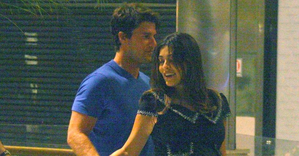 Juliana Paes passeia com o marido em um shopping carioca (5/11/2010)