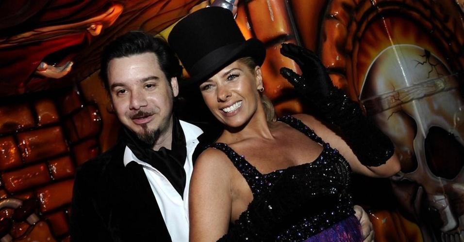 Alexandre Iódice e Adriane Galisteu vão à Yelloween, festa de Halloween da Veuve Clicquot, em São Paulo (22/10/10)