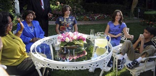 Oprah Winfrey (à esq.) entrevista a mãe de Michael Jackson, Katherine Jackson, e os três filhos do cantor, Prince (centro), Paris e Prince Michael Jackson II (à dir)