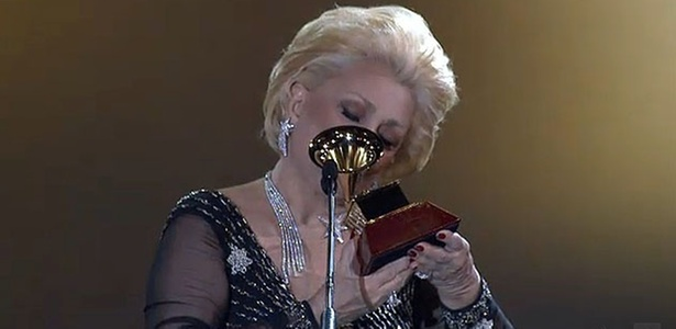 Hebe beija trofeu ao apresentar prêmio do 11º Grammy Latino