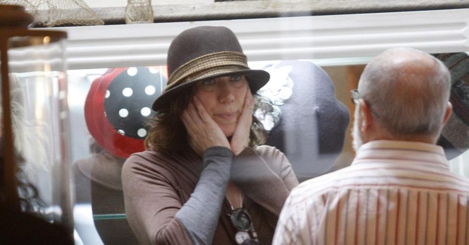 A atriz Lilia Cabral experimenta chapéus em uma loja no bairro do Leblon, no Rio de Janeiro (RJ)
