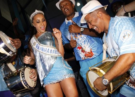 Sabrina Sato, coroada rainha de bateria da Vila Isabel, samba na quadra da escola (13/11/2010)