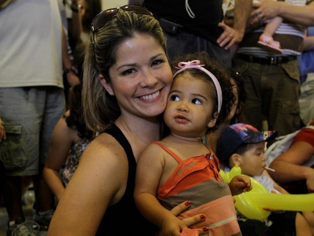 Samara Felippo com a filha Alícia em shopping carioca (17/10/11)