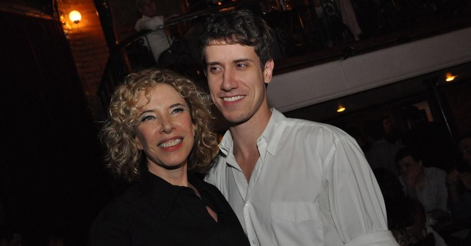 Marília Gabriela posa com o filho Theodoro Cochrane durante apresentação de seu show