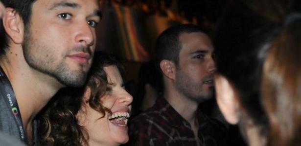 Sérgio Marone e Debora Bloch se negam a responder se estão namorando, mas não deixam de sair juntos. Os atores curtem os shows do festival Planeta Terra, em São Paulo (20/11/2010).